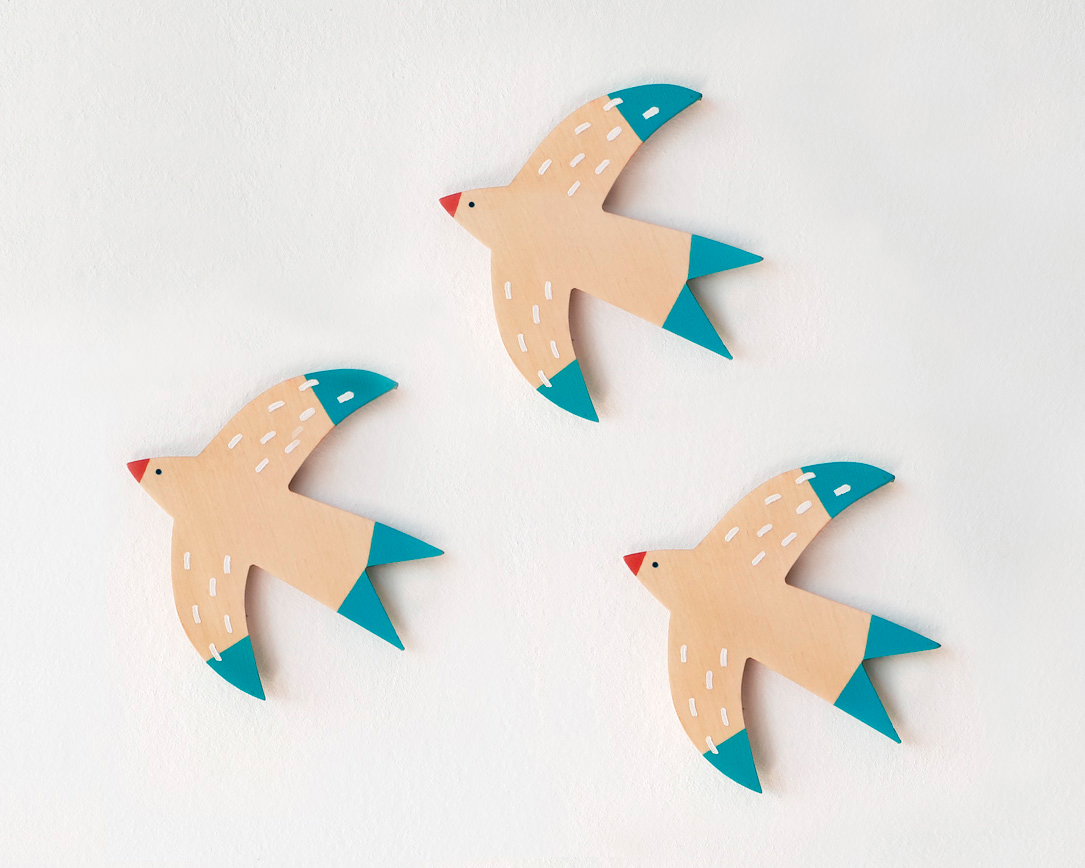 ornamental wooden birds. golondrinas para colgar